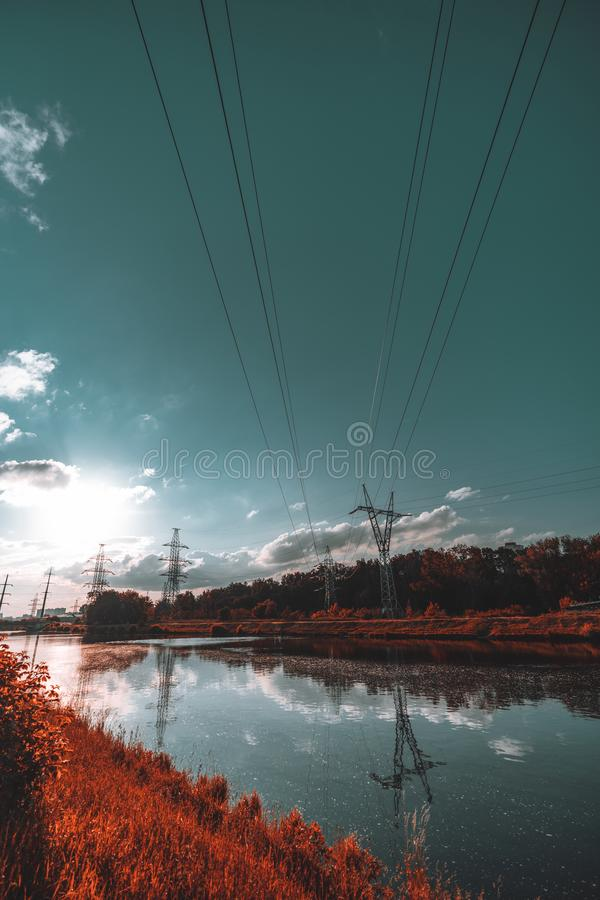 Paisagem larga do ângulo com rio e linha elétrica, cores vívidas imagens de stock royalty free