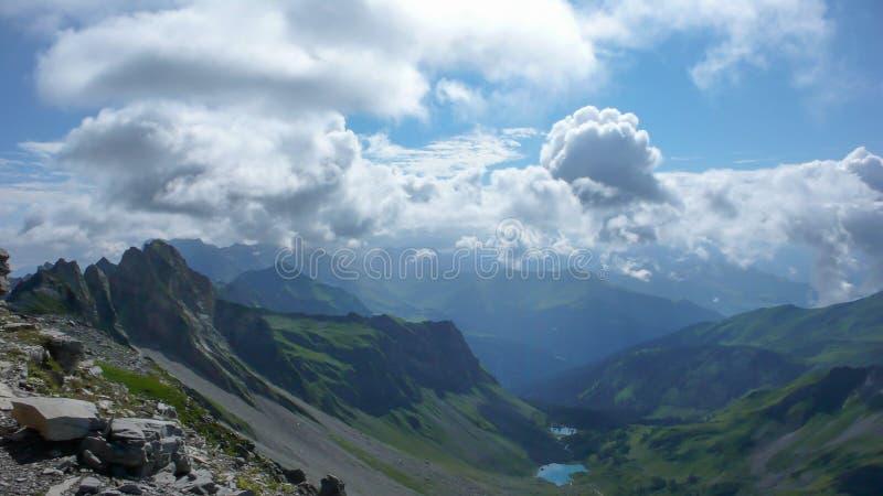 Paisagem lindo da montanha com lagos pequenos e uma grande vista dos cumes perto de Klosters em Suíça foto de stock royalty free