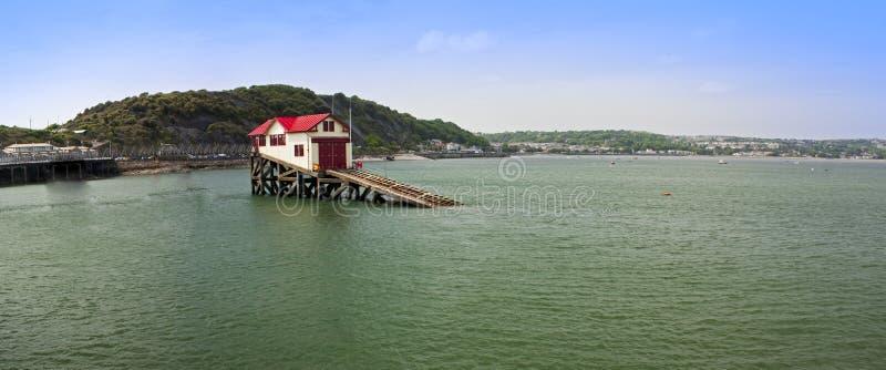 Paisagem litoral com a casa só no mar foto de stock royalty free
