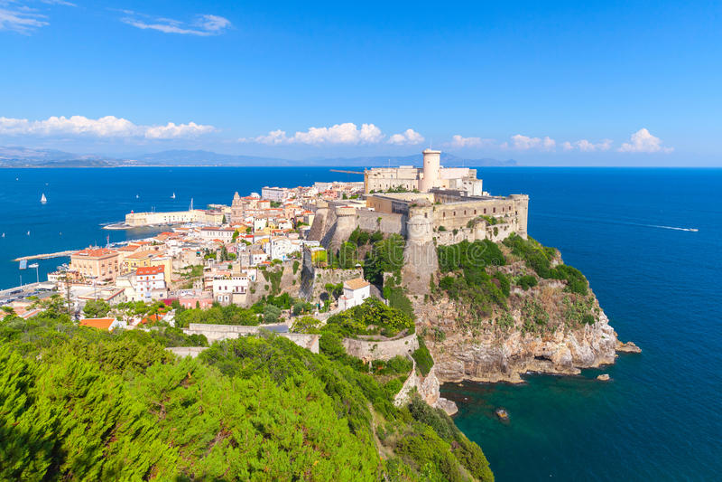 Paisagem litoral com a cidade velha de Gaeta fotografia de stock royalty free