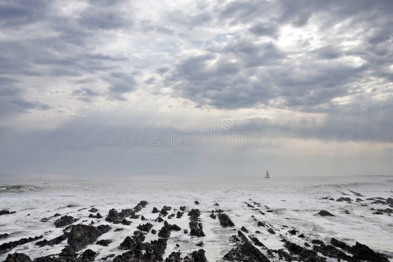 Paisagem litoral com tampa e barco de nuvem imagens de stock royalty free