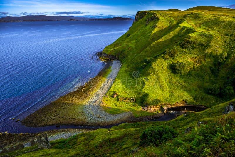 Paisagem litoral espetacular com vale e o rio pequeno na ilha de Skye In Scotland foto de stock royalty free