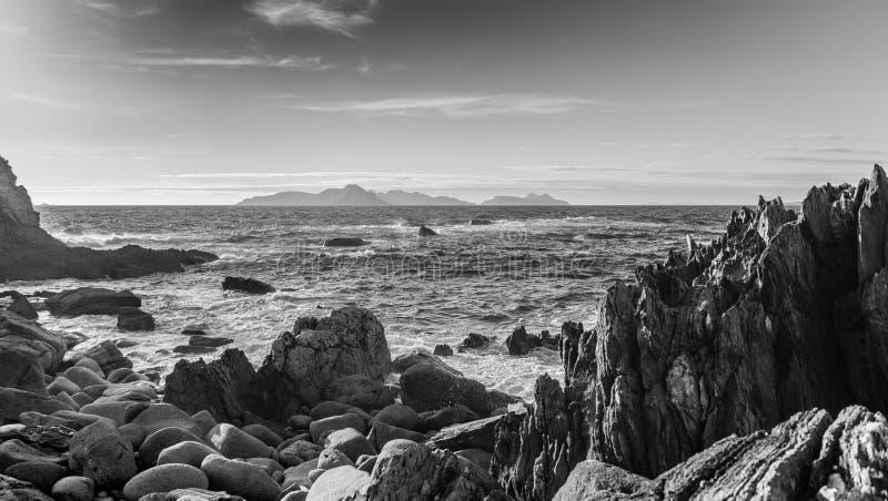 Paisagem litoral rochosa em Monteferro Ilhas de Cies no fundo imagem de stock