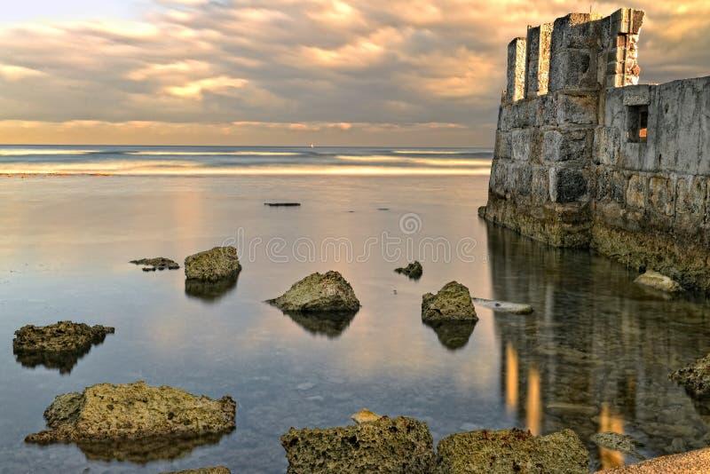 Paisagem mágica, ruínas e oceano foto de stock
