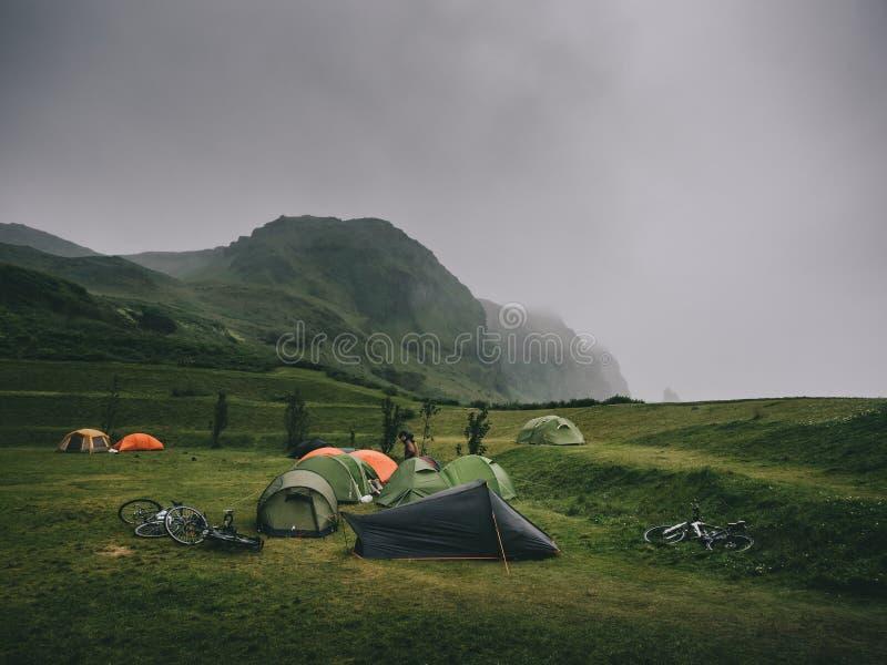 paisagem magnífica com montanhas e barracas fotografia de stock royalty free