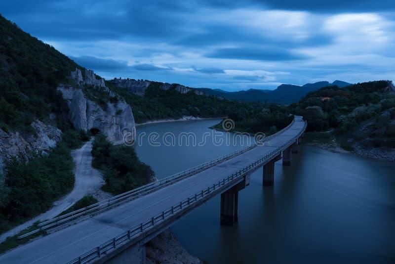 Paisagem magnífica, nightscape com fugas da luz e o fenômeno da rocha a montanha de Balcãs maravilhosa das rochas, Bulgária imagens de stock