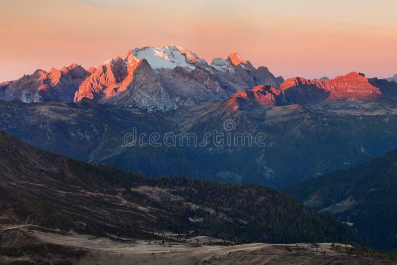 Paisagem majestosa com pico de montanha famoso das dolomites de Marmolada no fundo nas dolomites, Itália Europa Natureza impressi fotografia de stock