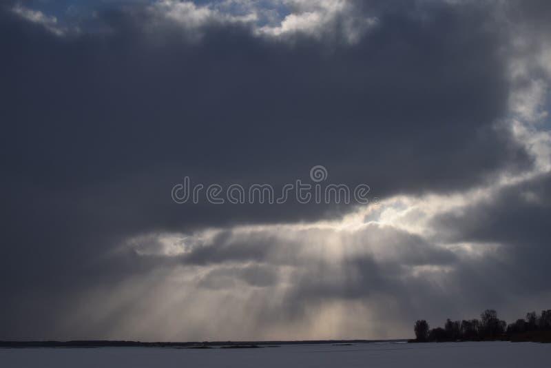 Paisagem majestosa do inverno árvore gelado sob a luz solar no por do sol conceito do feriado do Natal, paisagem maravilhosa inco fotos de stock