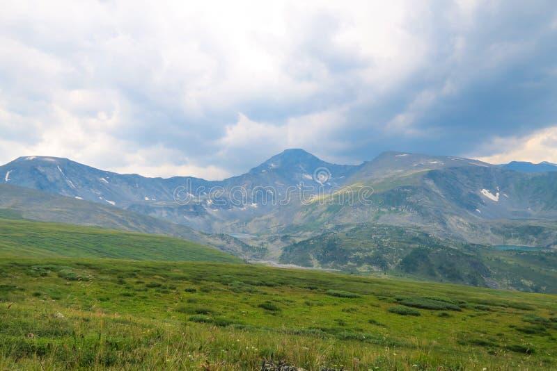 Paisagem maravilhosa do c?u nas montanhas Os raios de Sun fazem sua maneira atrav?s das nuvens foto de stock royalty free