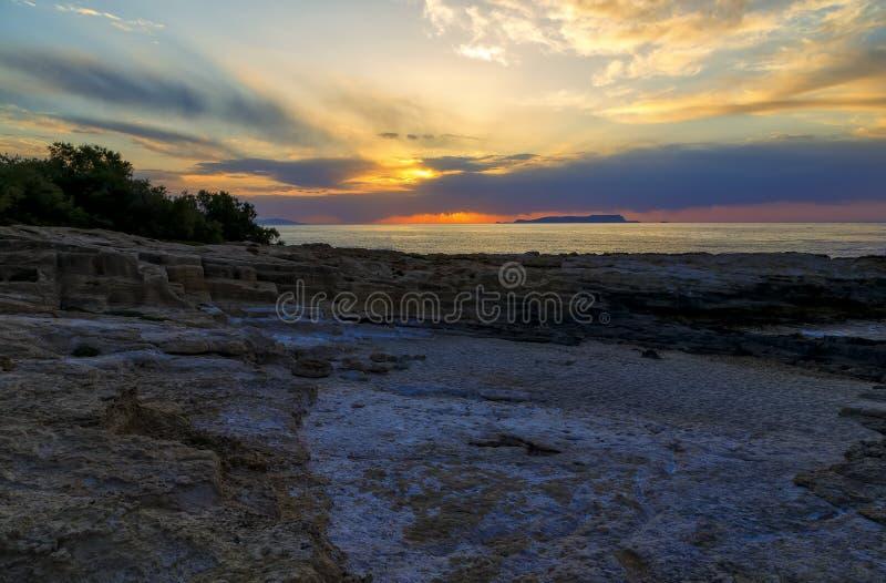 Paisagem marinha misteriosa bonita no por do sol Recife e oceano vulcânicos, Creta grega do iseland imagem de stock royalty free