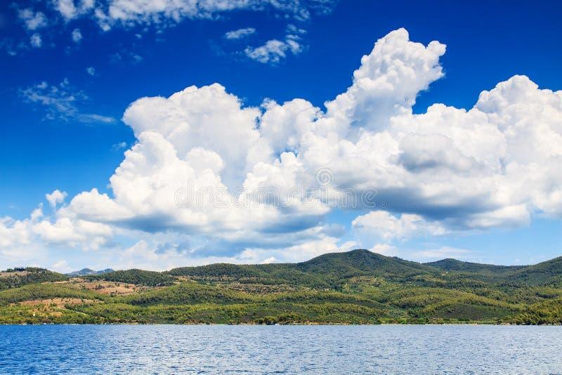 Paisagem mediterrânea com ilha verde e as nuvens dramáticas foto de stock royalty free