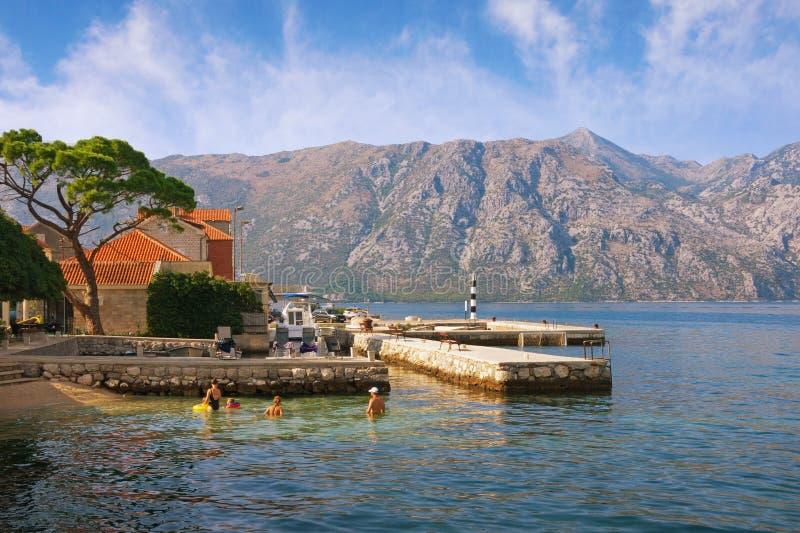 Paisagem mediterrânea do verão Montenegro, mar de adriático, baía de Kotor Vista da cidade de Prcanj fotos de stock