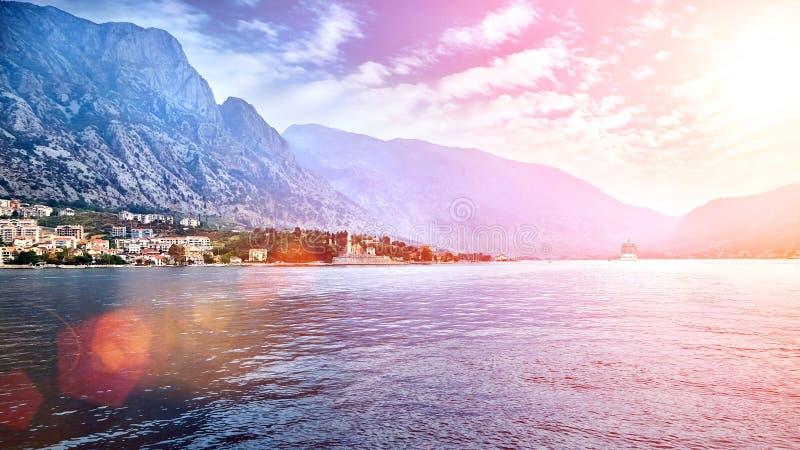 Paisagem mediterrânea europeia Mar e montanhas fotografia de stock royalty free