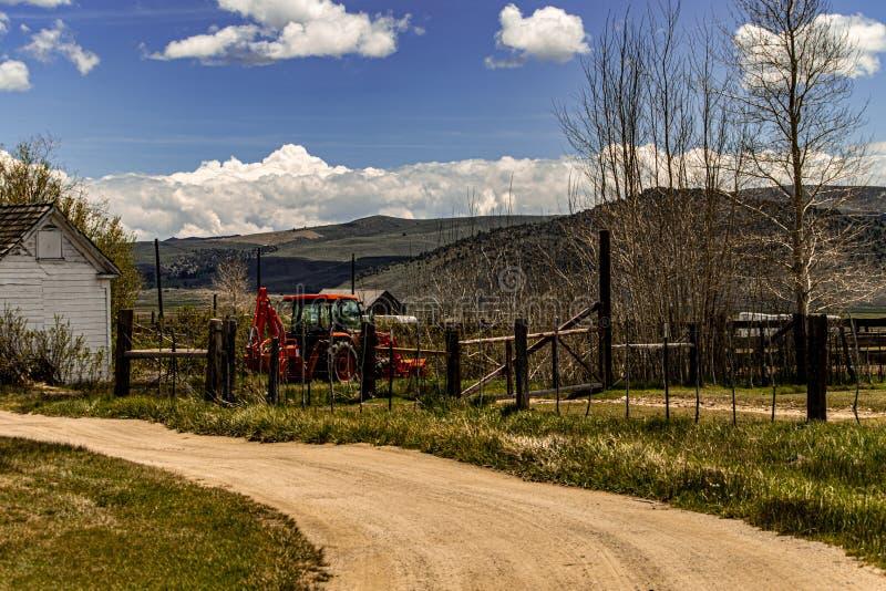 Paisagem moderna do rancho do cavalo em um dia de mola bonito foto de stock