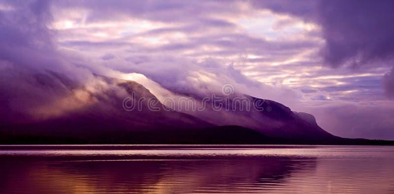 Paisagem Montanhas e lago na névoa na manhã com colo roxo imagens de stock royalty free