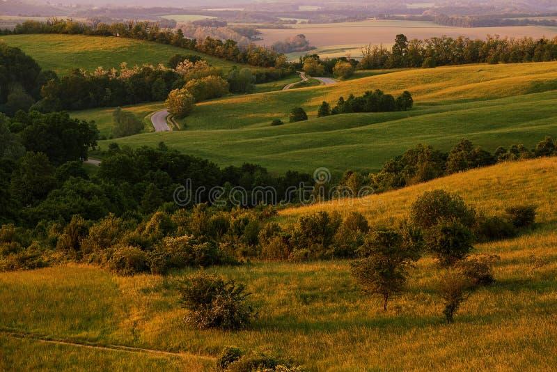 A paisagem montanhosa bonita esverdeia completamente fotografia de stock royalty free
