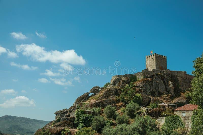 Paisagem montanhosa com a torre do castelo sobre o penhasco rochoso fotografia de stock