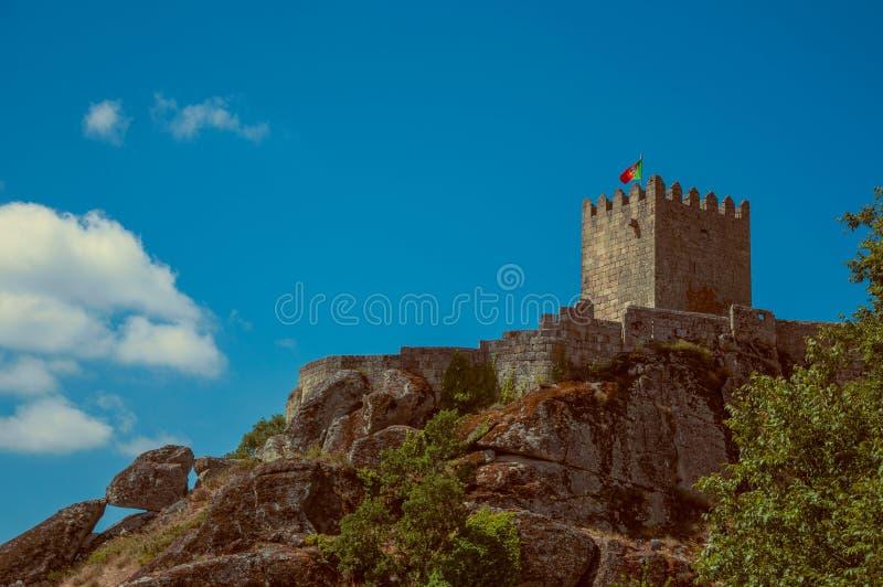 Paisagem montanhosa com a torre do castelo sobre o penhasco rochoso imagens de stock