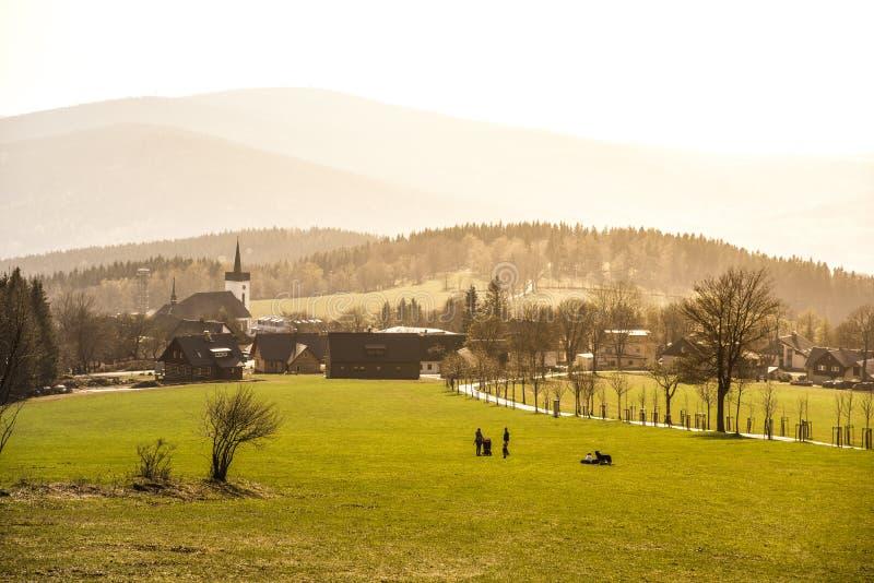 Paisagem montanhosa de montanhas de Jizera em torno da vila de Prichovice Prados verdes com aleia da ?rvore e a igreja rural pequ fotos de stock royalty free