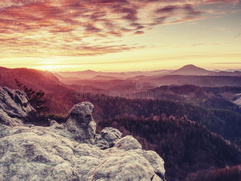 Paisagem montanhosa selvagem Manhã enevoada adiantada em rochas bonitas fotografia de stock