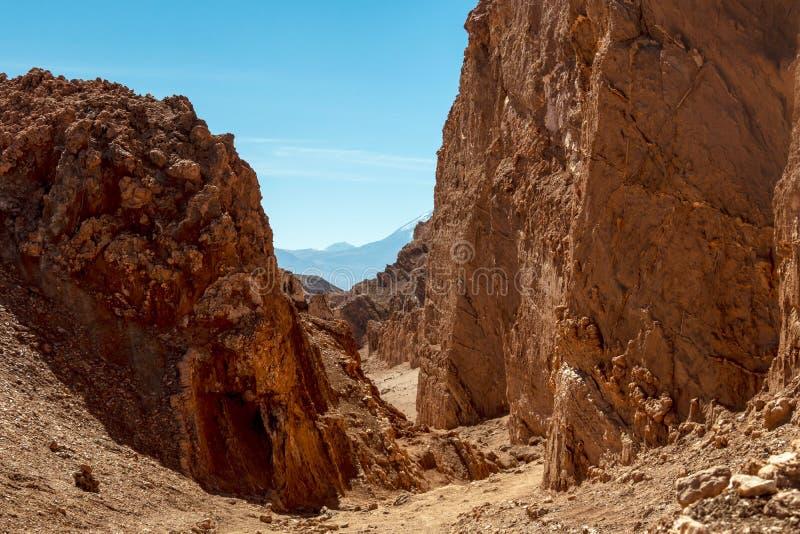 Paisagem Moonlike das dunas, de montanhas ásperas e de formações de rocha geological de vale de Luna Moon do la de Valle de no de fotografia de stock royalty free