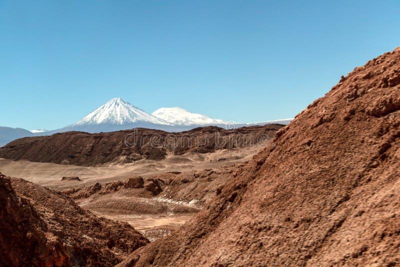 Paisagem Moonlike das dunas, de montanhas ásperas e de formações de rocha de vale de Luna Moon do la de Valle de, deserto de Atac imagens de stock royalty free