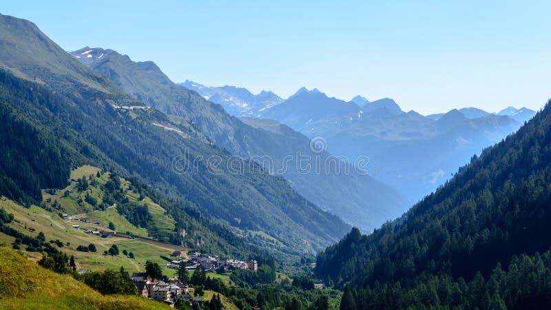 Paisagem nas montanhas em Suíça de Ticino foto de stock