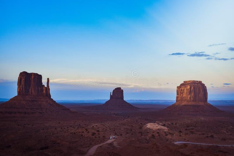 Paisagem nebulosa da opini?o do por do sol no vale do monumento, o Arizona, EUA ocidental fotografia de stock