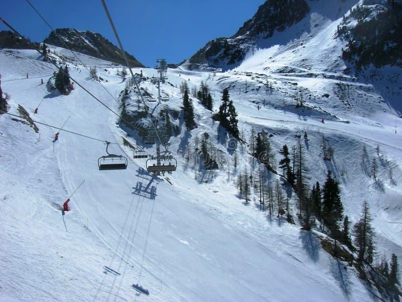 Paisagem nevado bonita do inverno em uma estância de esqui da montanha imagem de stock royalty free