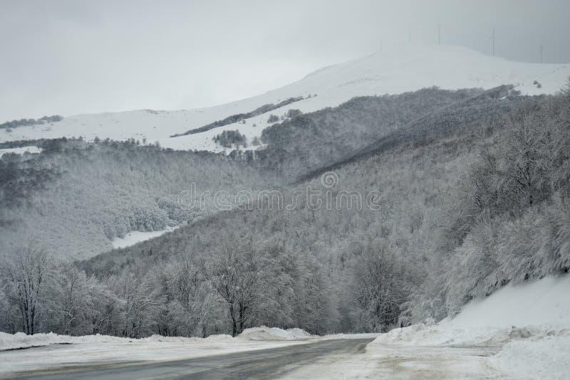 Paisagem nevado da montanha fotos de stock royalty free