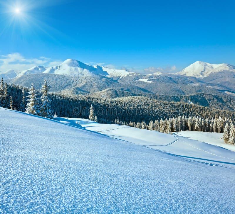 Paisagem nevado da montanha da luz do sol imagem de stock royalty free