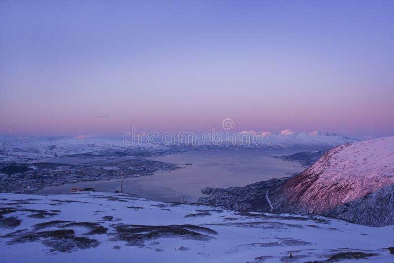 Paisagem nevado da montanha em Lapland foto de stock royalty free
