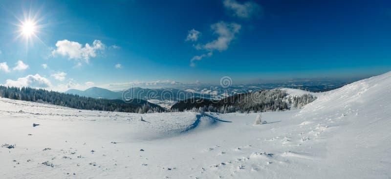 Paisagem nevado da montanha Sunshiny do inverno fotos de stock