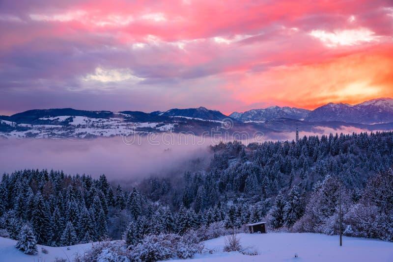 Paisagem nevado majestosa da montanha no crepúsculo imagem de stock