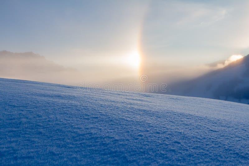 Paisagem nevado nos cumes, nascer do sol do inverno com fenômenos do halo imagens de stock royalty free
