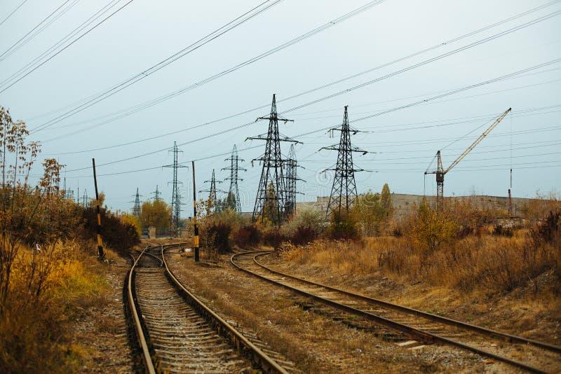Paisagem nevoenta industrial - zona industrial abandonada velha na floresta do outono fotos de stock