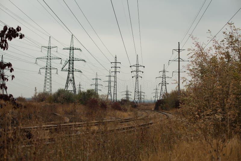 Paisagem nevoenta industrial - zona industrial abandonada velha na floresta do outono imagem de stock royalty free