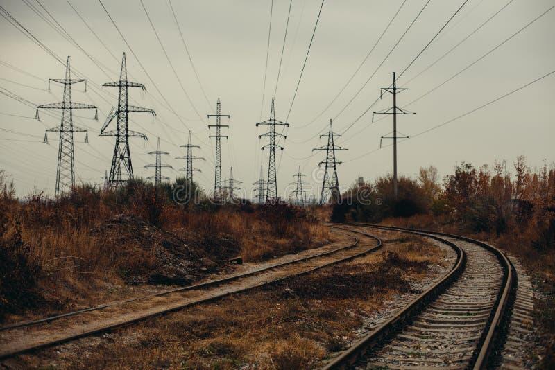 Paisagem nevoenta industrial - zona industrial abandonada velha na floresta do outono imagens de stock royalty free