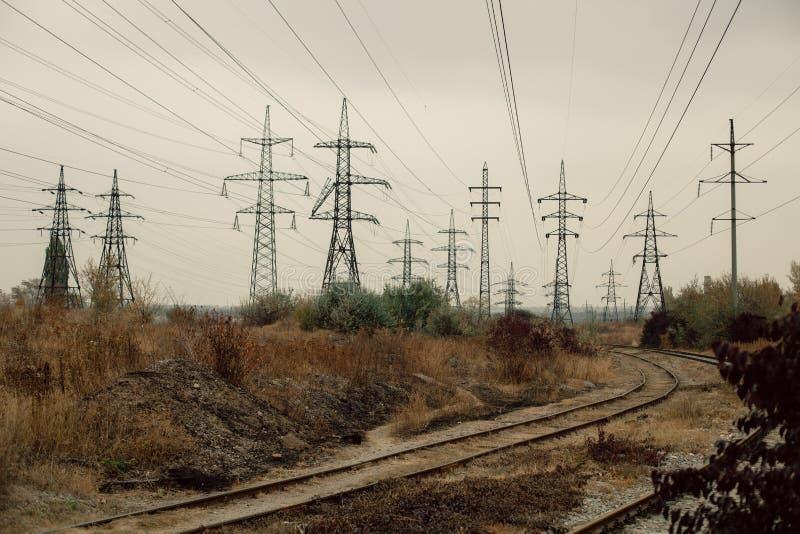 Paisagem nevoenta industrial - zona industrial abandonada velha na floresta do outono imagem de stock