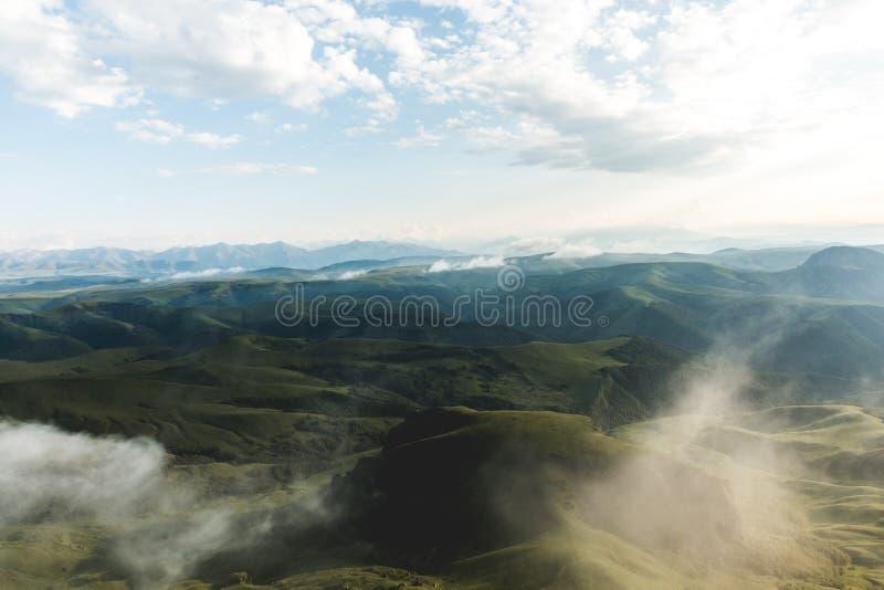 Paisagem nevoenta nebulosa do vale verde das montanhas nas férias da aventura do conceito do estilo de vida do curso do penhasco  imagem de stock