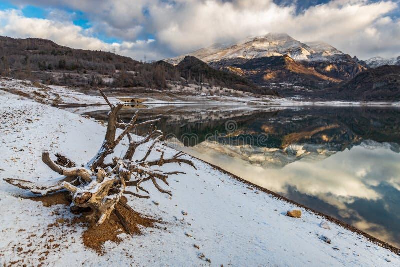 Paisagem no lago da montanha fotografia de stock royalty free