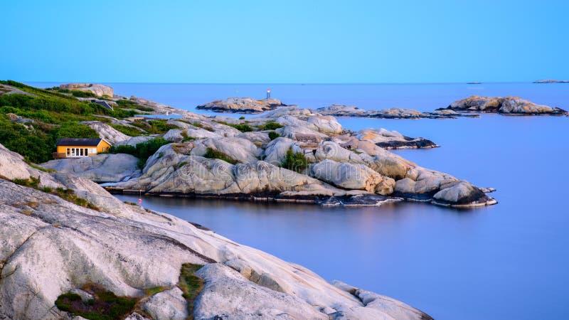 Paisagem norueguesa bonita pelo oceano em Sandefjord, Noruega imagens de stock