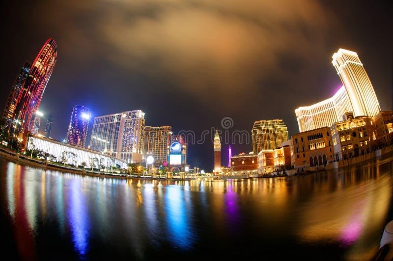Paisagem noturna do grande exterior do Hotel Resort Venetian Macau e dos edifícios modernos foto de stock royalty free
