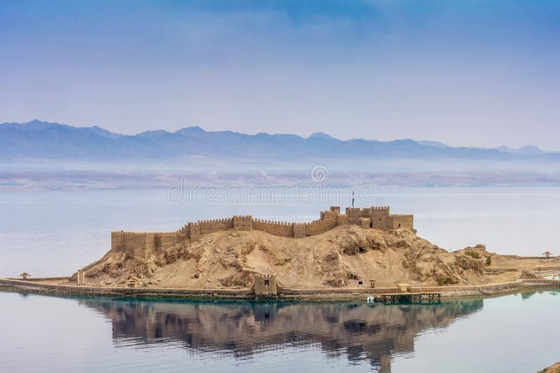 Paisagem Opinião Salah El Din Castle no Golfo de Aqaba, Mar Vermelho, Taba, Egito imagem de stock
