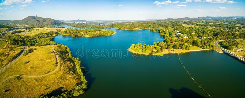 Paisagem panorâmico aérea larga do grifo cênico de Burley do lago em Canberra, ATO, Austrália imagem de stock royalty free