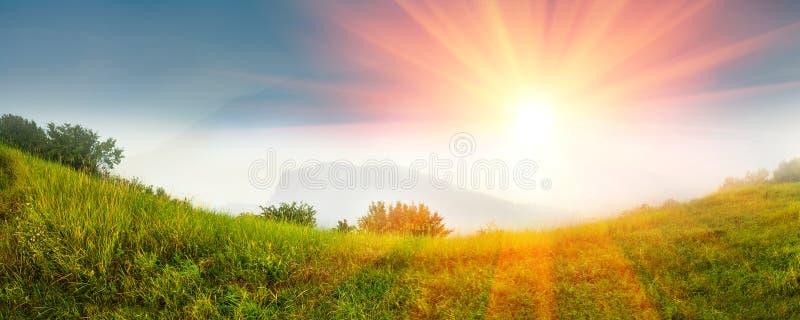 Paisagem panorâmico bonita nas montanhas no nascer do sol fotografia de stock royalty free