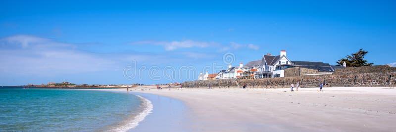 Paisagem panorâmico da praia de Cobo, Guernsey fotos de stock royalty free