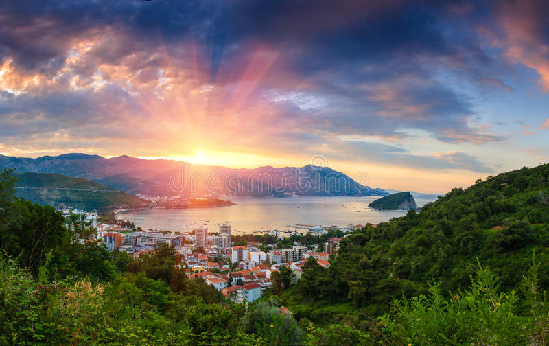 Paisagem panorâmico de Budva riviera em Montenegro foto de stock royalty free