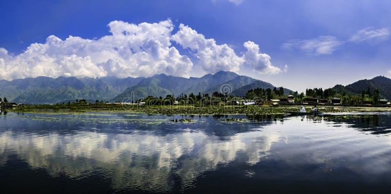 Paisagem panorâmico de Dal Lake, Srinagar, Índia imagens de stock royalty free