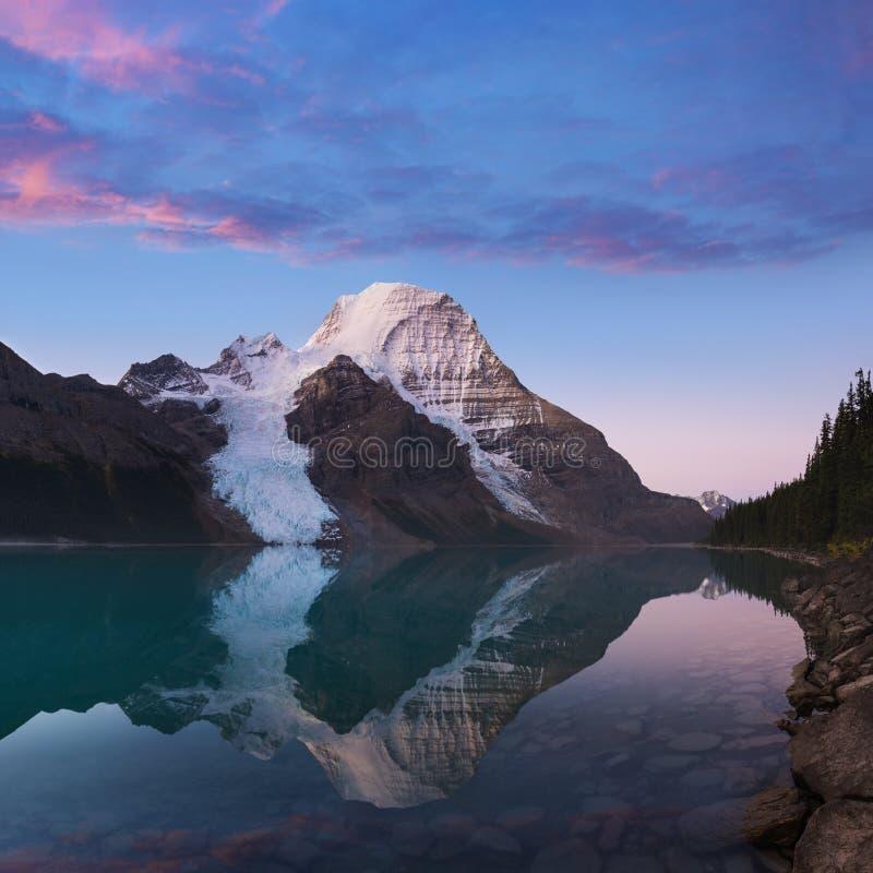 Paisagem panorâmico distante do lago berg e da montanha nevado Robson Top em montanhas de Jasper National Park Canadian Rocky fotos de stock royalty free